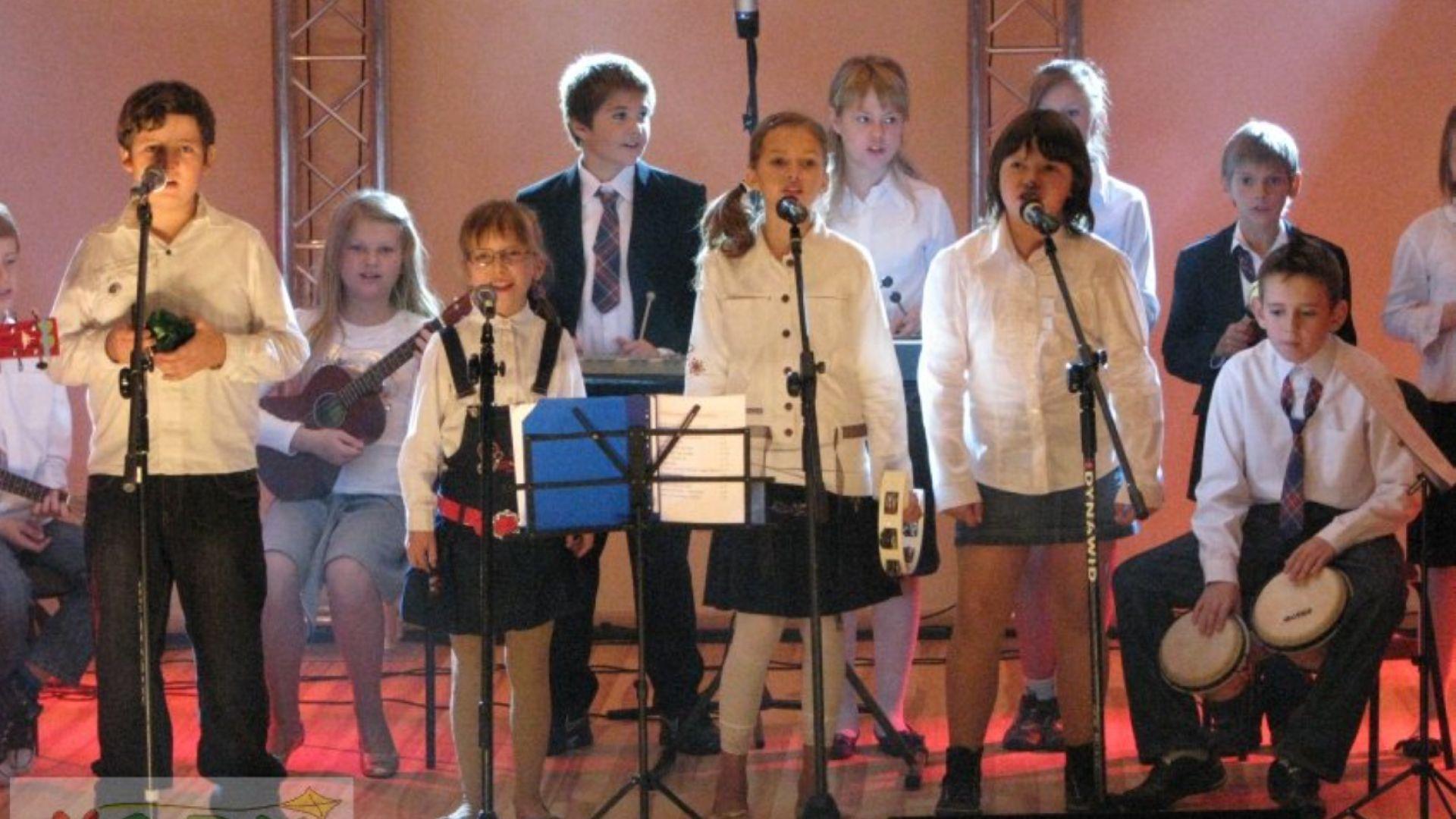 śpiewający chór dzieci