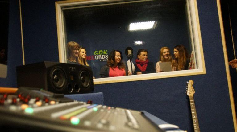 dziewczyny nagrywają wokal w studiu