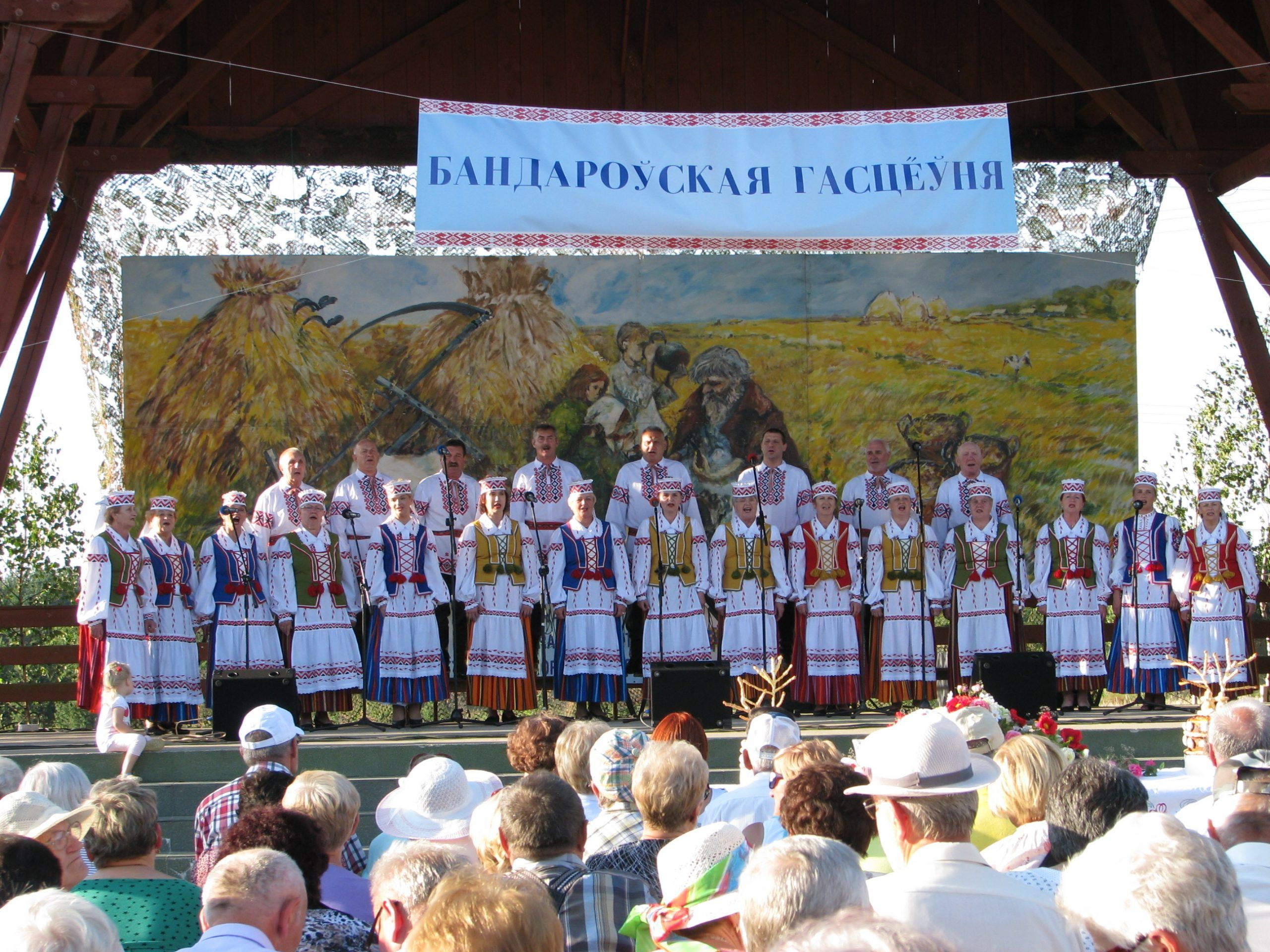 chór ludowy na scenie